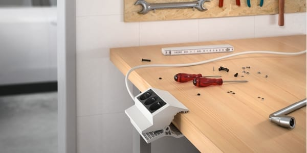 Clamping power strip, power source